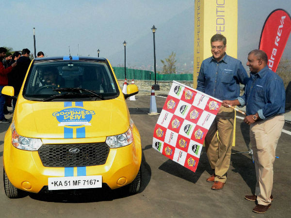 Aravinda de Silva (right) along with CEO of Mahindra Reva Electric Vehicles Pvt Ltd Arvind Mathew flags off the