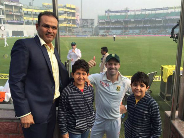 Sehwag and his sons pose with South Africa's AB de Villiers at Feroz Shah Kotla on Thursday