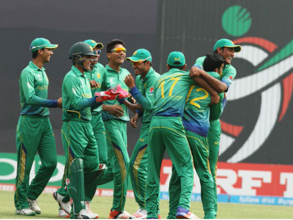 Pakistan top group after beating Lanka