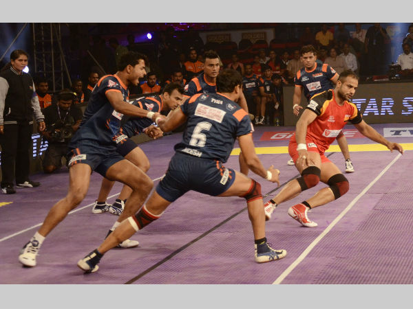 Bulls' captain Surjeet Narwal (right) in action against the Warriors