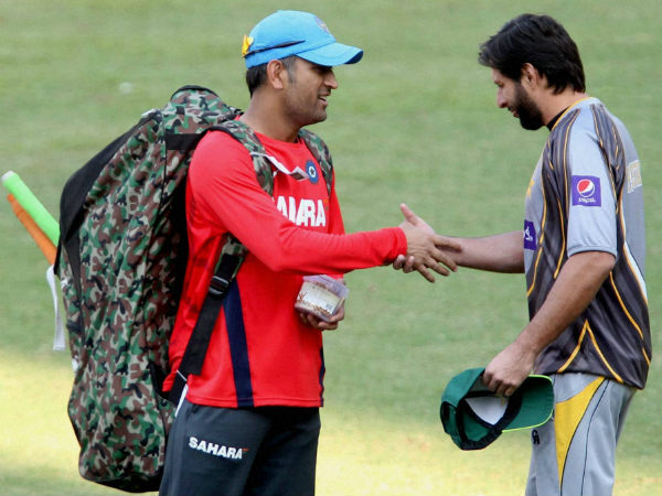 Captains MS Dhoni of India (left) and Shahid Afridi