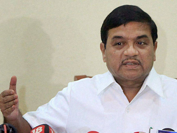 R R Patil's wife, daughter survive accident.