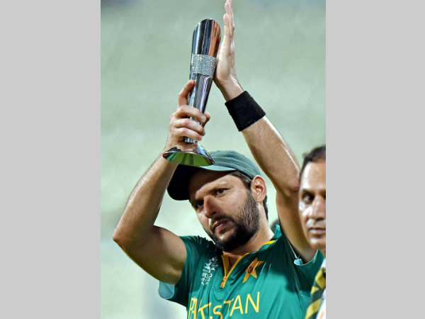 Afridi with his Man-of-the-match award against Bangladesh in World T20