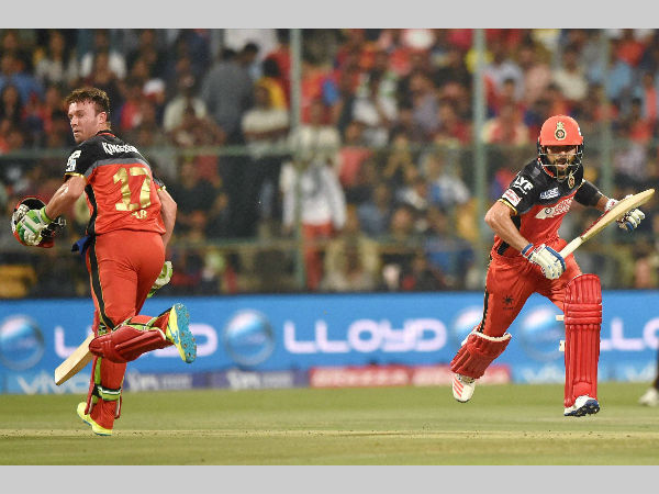 AB de Villiers (left) and Virat Kohli run between the wickets during their partnership against Sunrisers