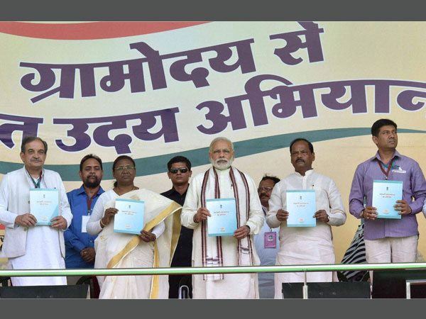 Prime Minister Narendra Modi along with Jharkhand Governor Draupadi Murmu, Union Minister for Rural Development, Panchayati Raj, Drinking Water and Sanitation, Chaudhary Birender Singh, Chief Minister Raghubar Das and MoS for Panchayati Raj Nihalchand releasing the 'New Mandate of Ministry of Panchayati Raj',at the Panchayati Raj Sammelan marking Panchayati Raj Day and concluding session of Gram Uday se Bharat Uday programme in Jamshedpur.