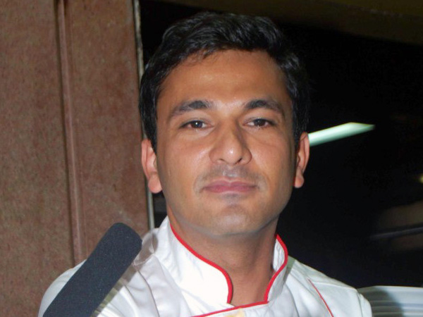Vikas Khanna presents his book to Obama