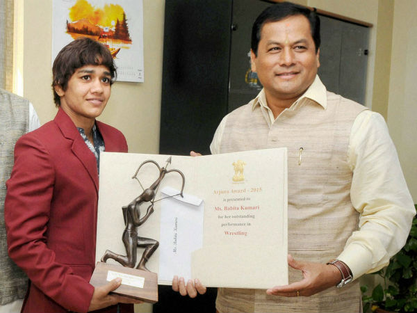Minister of State for Youth Affairs and Sports (Independent Charge), Sarbananda Sonowal conferring the Arjuna Award-2015 on wrestler Babita Kumari.