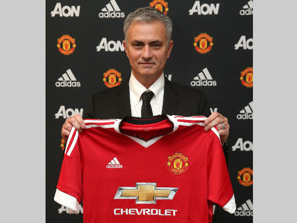 Jose Mourinho holds Manchester United jersey on Friday. Photo from MU's Twitter page