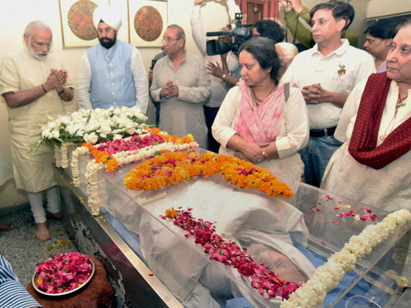 Prime Minister Narendra Modi paying his last respects to the mortal remains of veteran RSS leader Balraj Madhok, in New Delhi.