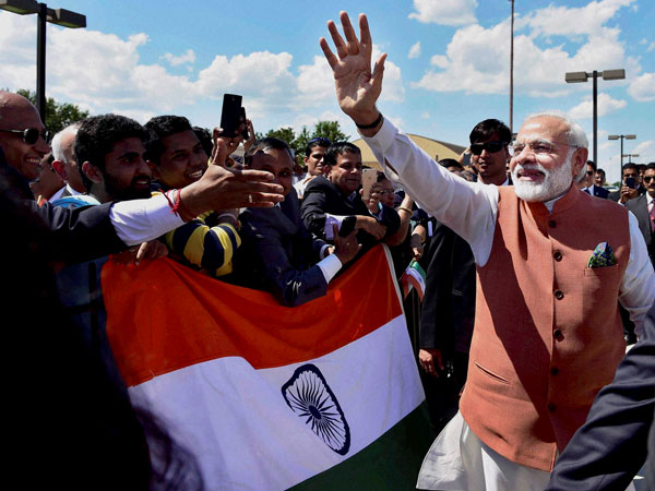 Modi waves to the Indian community in Washington