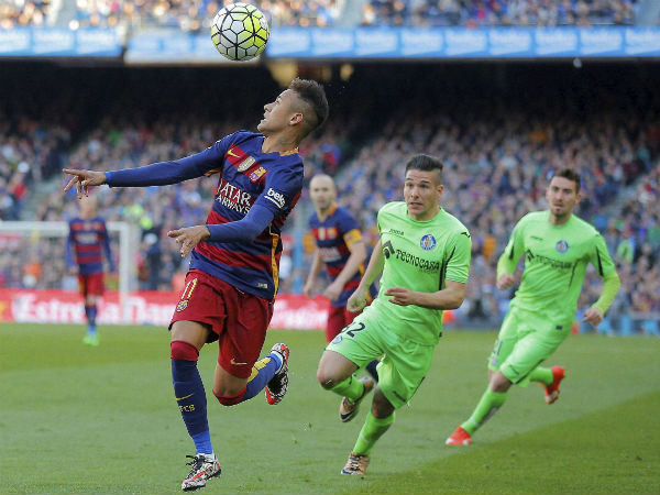 FC Barcelona's Neymar, left, duels for the ball against Getafe's Emi Buendia, second right, during a Spanish La Liga soccer match at the Camp Nou stadium in Barcelona, Spain,March 12, 2016.