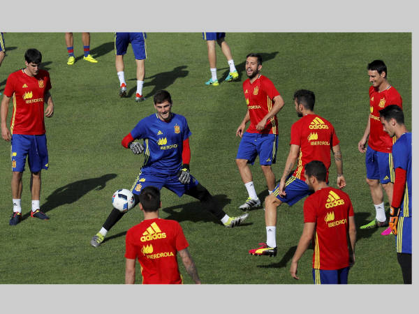 Spanish players train ahead of Italy clash