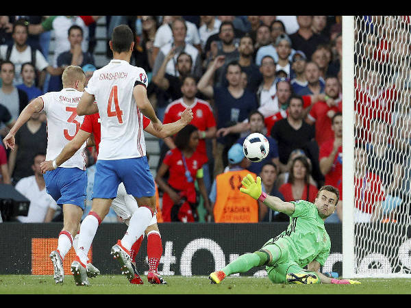 Wales' Aaron Ramsey, second from left, scores his side's first goal during the Euro 2016 Group B soccer match between Russia and Wales at the Stadium municipal in Toulouse, France, on June 20, 2016.
