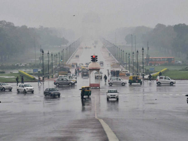 Cloudy Monday morning in Delhi, light rain likely.