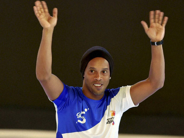 Ronaldinho greets the fans in India