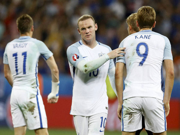 England's Wayne Rooney (center) comforts is teammates at the end of the Euro 2016