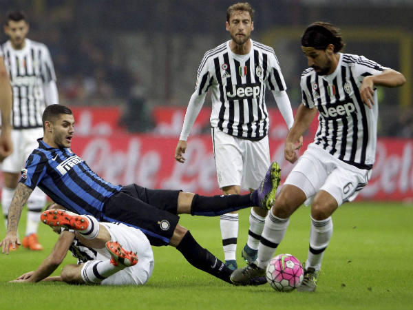 Juventus' Sami Khedira (right) gets the ball away from Inter Milan's Mauro Icardi during a Serie A match