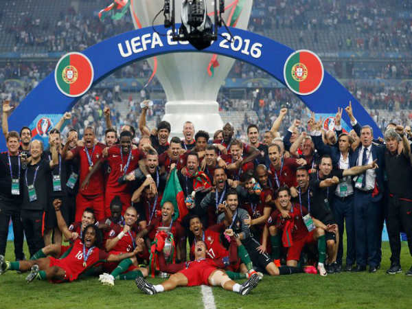Portuguese players celebrate after winning Euro 2016 (Image courtesy: Mirror twitter handle)