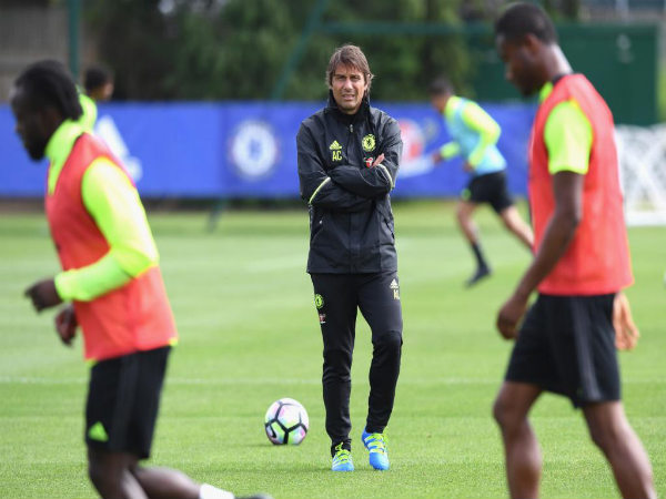 Antonio Conte at Chelsea FC practice (Image courtesy: Chelsea FC twitter handle)