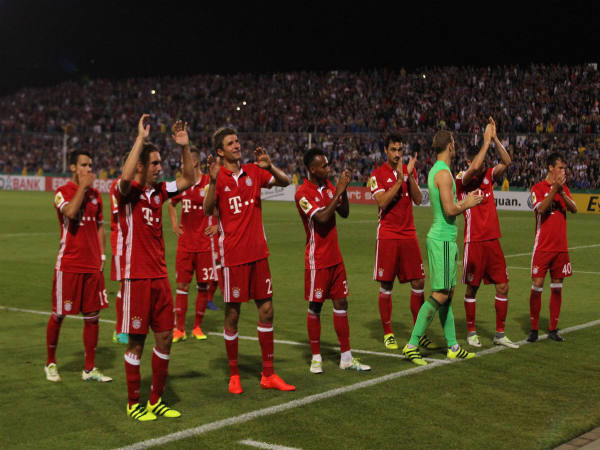 Bayern Munich player applaud the fans after German Super Cup game (Image Courtesy: Bayer Munich Twitter handle)