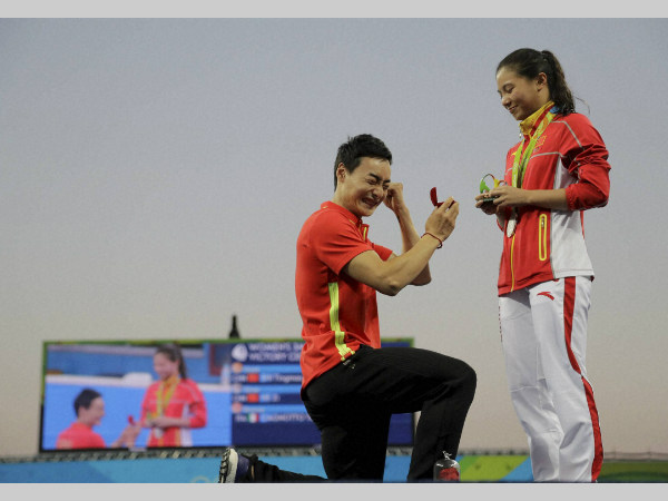 Qin Kai (left) celebrates as his proposal is accepted by girlfriend He Zi at Rio Olympics
