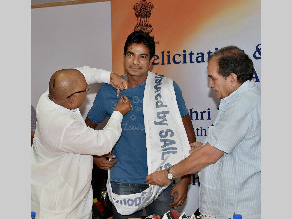 Union Minister for Steel, Chaudhary Birender Singh (right) with Minister of State for Steel, Vishnu Deo Sai felicitating Rio-bound athlete Dharambir Singh (centre) at a function organised by Steel Authority of India Limited (SAIL) in New Delhi on July 20