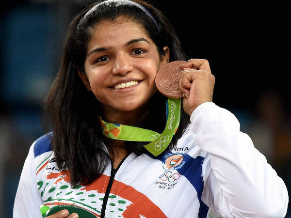 Sakshi Malik poses with her bronze medal for the women's wrestling freestyle 58-kg competition