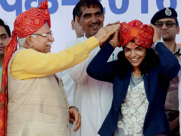 Chief minister of Haryana Manohar Lal Khattar honours the olympic bronze medalist Sakshi Malik at a felicitation ceremony in Gurgaon on Wednesday (August 24)
