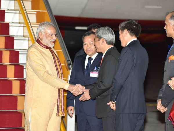 PM Modi being received on his arrival at Hanoi
