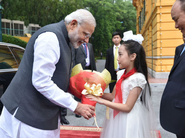 PMM Modi being welcomed at Presidential Palace in Hanoi