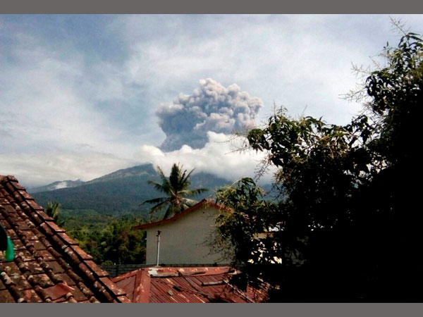 Flights delayed at Lombok and Bali airport due to volcano eruption