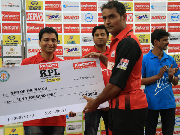 Bellary's Akhil (right) receives his Man-of-the-match cheque