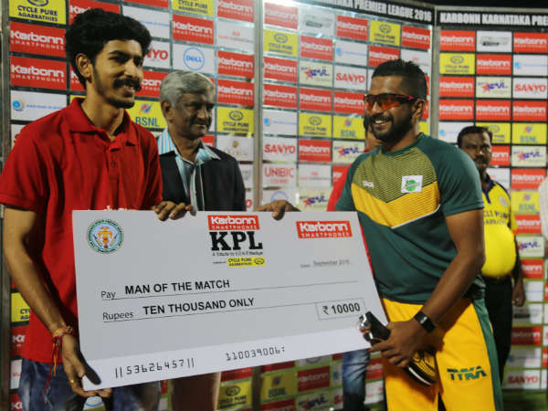 Shivamogga's KP Appanna receives his Man-of-the-match cheque