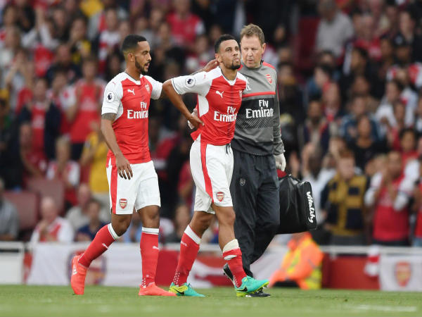 Francis Coquelin (front) leaves the field after getting the injury (Image courtesy: Arsenal FC)