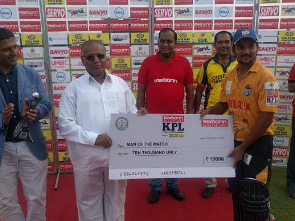 Dikshanshu Negi (right) receives his Man-of-the-match cheque