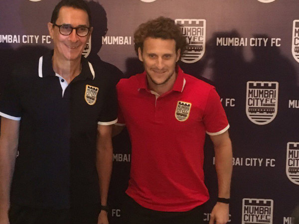 Diego Forlan (right) (Image courtesy: Mumbai City FC's Twitter handle)
