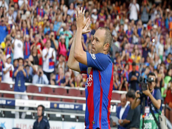 Andres Iniesta applauds the fans (Image courtesy: Andres Iniesta Twitter handle)