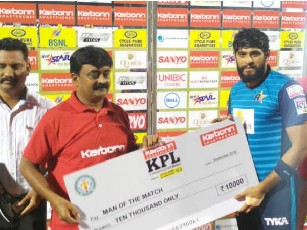 Rockstars' Madam Mohan (right) receives his Man-of-the-match award