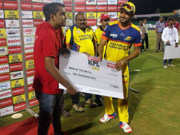 Manish Pandey (right) receives his Man-of-the-match cheque