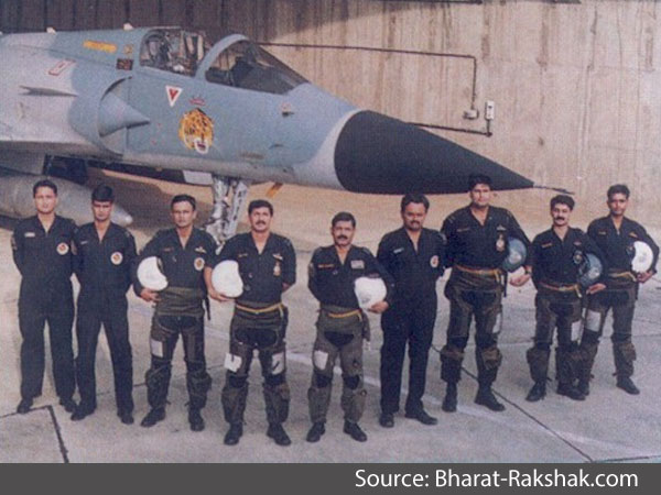 IAF pilots stand in front of a Mirage 2000 aircraft during the Kargil war in 1999