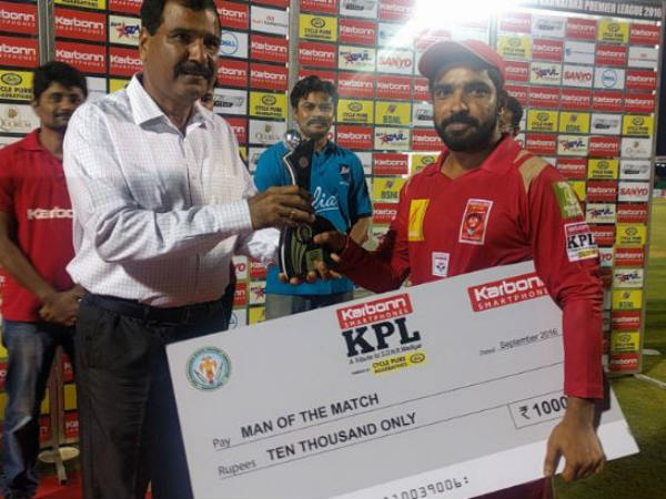Nishant Shekhawat (right) receives his Man-of-the-match cheque and trophy