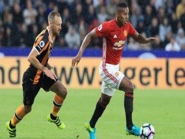 Antonio Valencia (right) in action for Manchester United against Hull City (Image courtesy: Antonio Valencia Twitter)