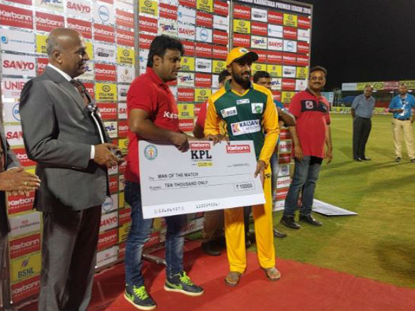 Shivamogga's Shreyas (right) receives his Man-of-the-match cheque