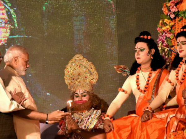 PM Modi performs arti of artists in Lucknow