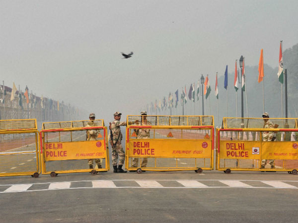 Security beefed up at Rajpath in Delhi after smog covers it