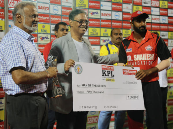 Bellary captain Amit Verma (right) with his Man-of-the-series cheque