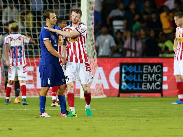 Mumbai City FC (blue) and Atletico de Kolkata players (red and white) (Image courtesy: ISL Twitter handle)