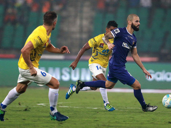 Chennaiyin FC's Hans Mulder (blue) goes past Kerala Blasters defenders (Image courtesy: ISL Twitter Handle)