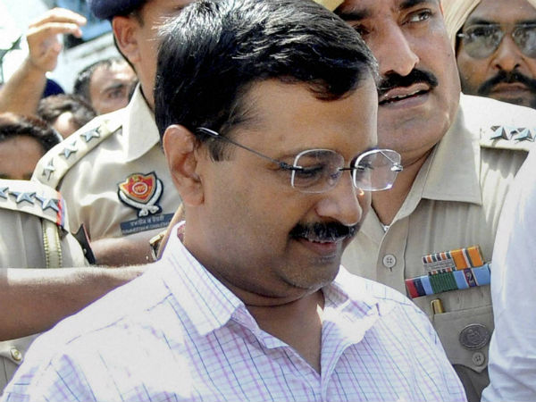 'Kejriwal should try and replace Sharif'