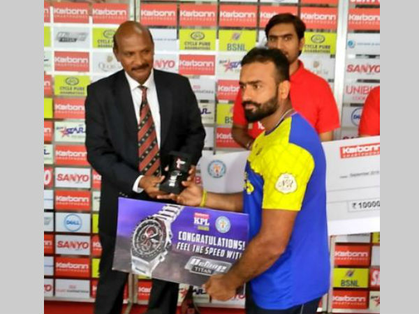 Rajoo Bhatkal (right) receives his Man-of-the-match award